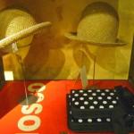Cappelli Sha…e borsa Yohji Yamamoto appoggiata - Sha hats… and Yohji Yamamoto bag