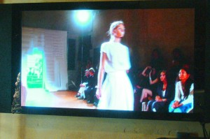 Schermo interno per anteprime di sfilate e showroom - Display screen to watch fashion shows and showrooms