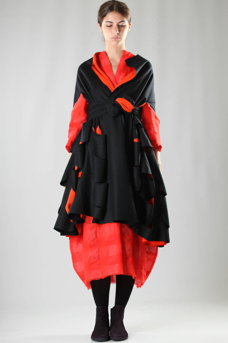 daniela gregis fw 2016 black and red robe-manteau